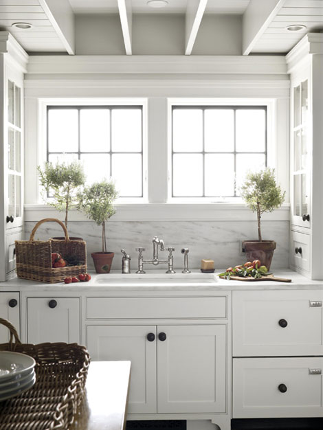 white kitchen black knobs