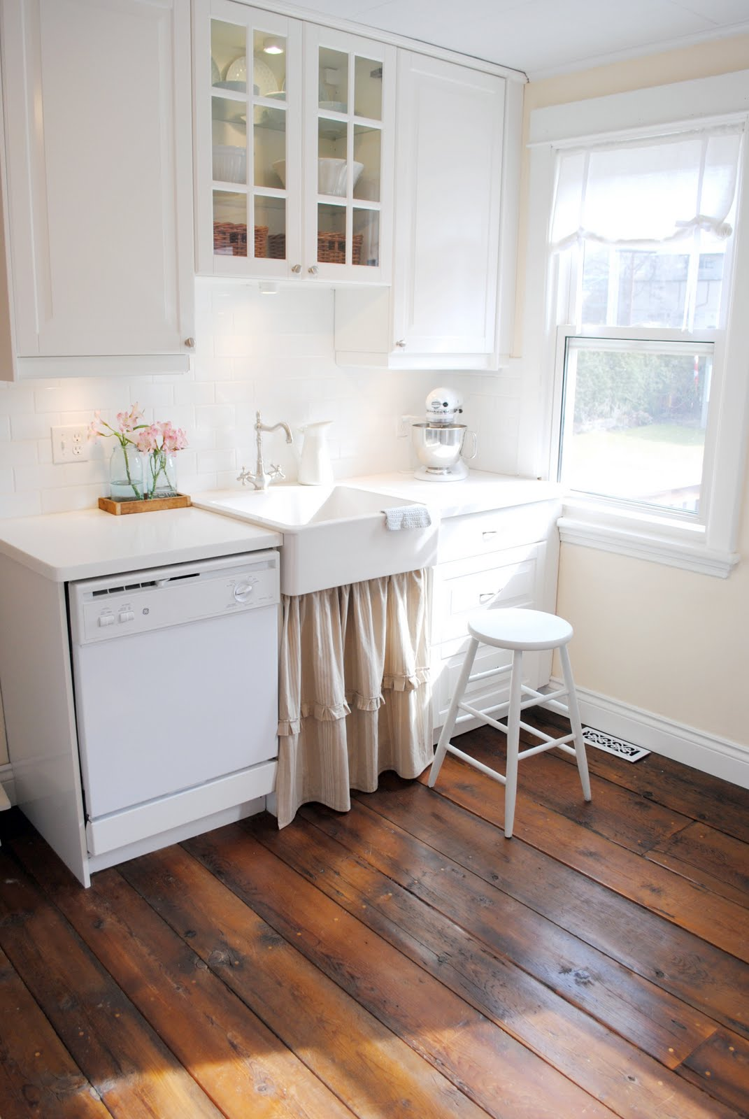 Canadian cottage 39 s diy barnboard floors the inspired room for Cottage flooring ideas