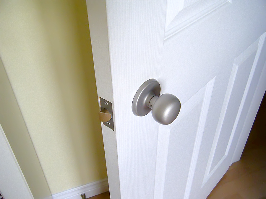 Spraypainting Doorknobs {via Home Sweet and Savory} - The Inspired Room