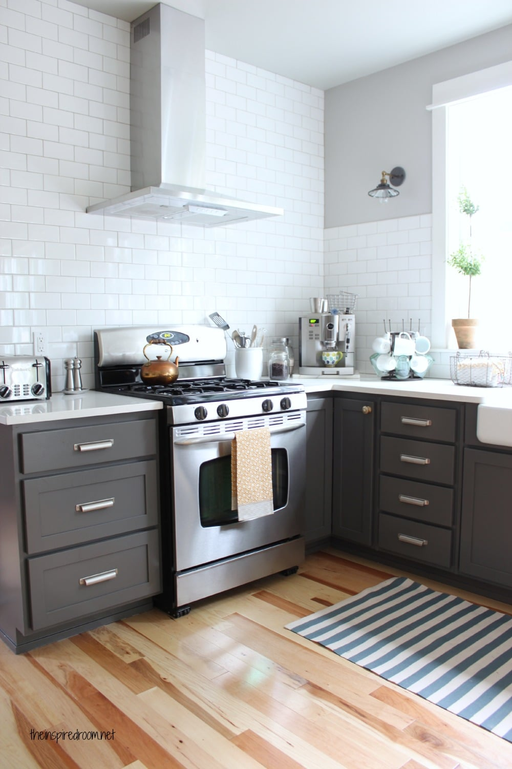Kitchen colors with white cabinets for Charcoal painted kitchen cabinets