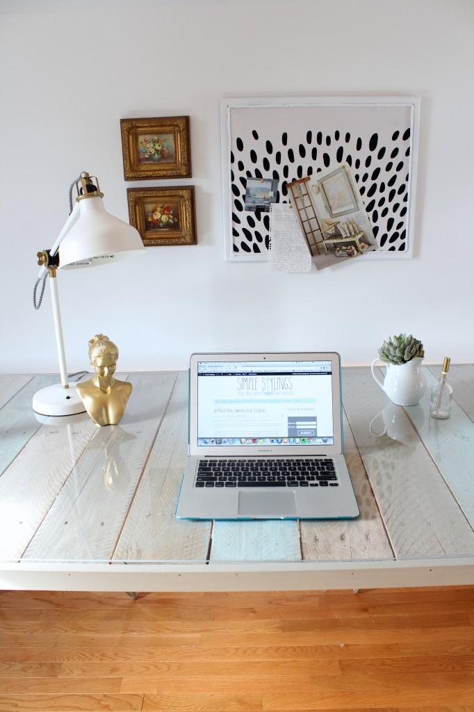 DIY Pallet Desk {Simple Stylings} - The Inspired Room